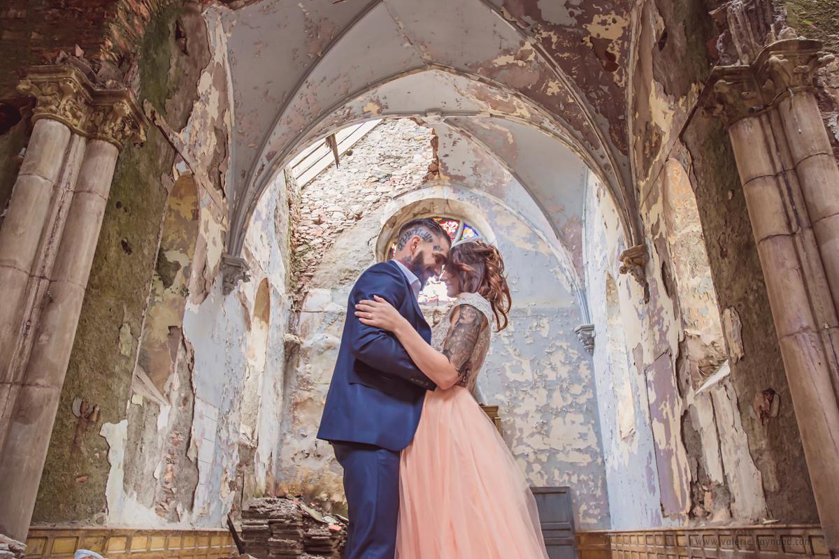 Shooting d'inspiration : Robe de mariée en dentelle rebrodée  et un bas de robe rose-pèche composée de mousseline de soie  et de tulle de soie