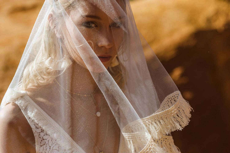 Collection 2018 : Robe de mariée avec voile paré de franges de coton