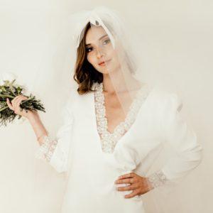 Robe mariée courte - mariage civil avec décolleté de dentelle , un voile et petit bouquet